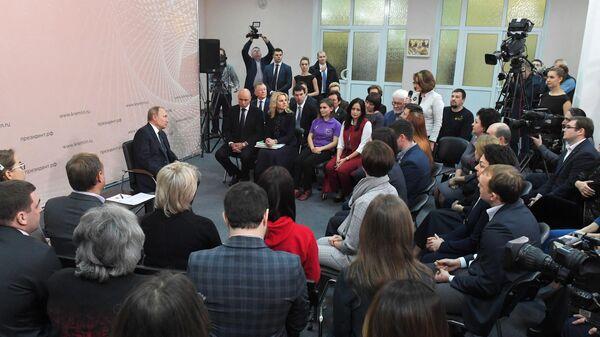 Президент РФ Владимир Путин во время встречи с представителями общественности в Центре культуры и досуга Усманского района