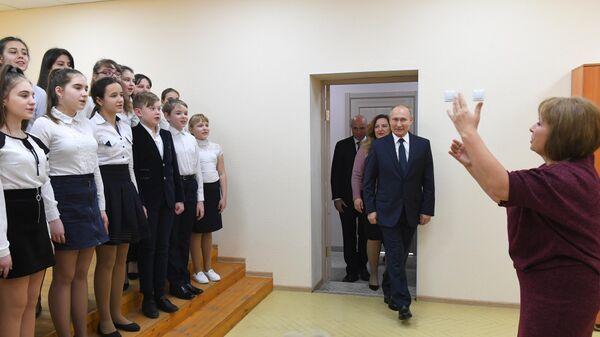 Президент РФ Владимир Путин во время посещения муниципального бюджетного учреждения дополнительного образования Детская школа искусств в городе Усмань