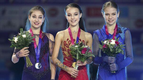 Фигуристки Алена Косторная, Анна Щербакова и Александра Трусова