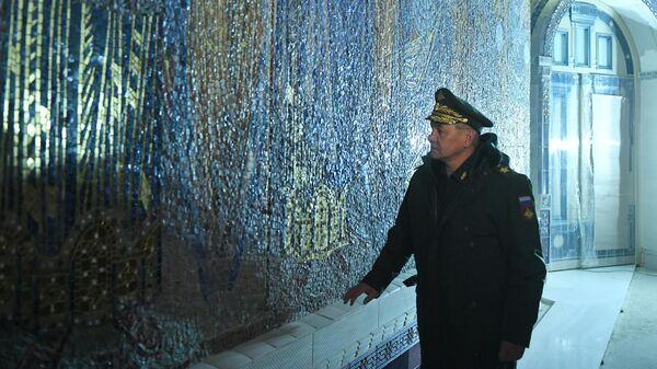 Министр обороны РФ Сергей Шойгу во время посещения строящегося главного храма Вооруженных Сил
