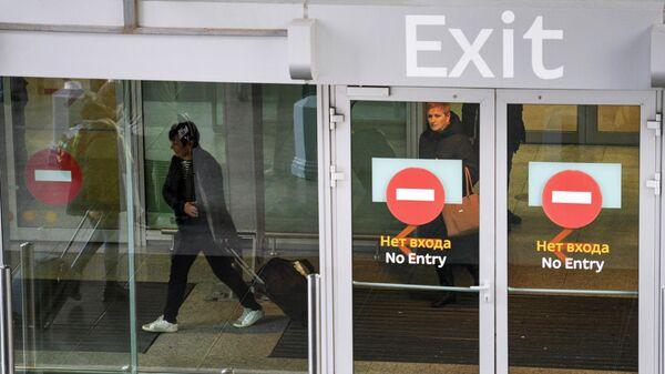 Пассажиры у выхода из терминала аэропорта Пулково в Санкт-Петербурге