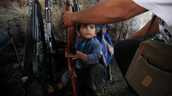 Ребенок держит оружие, Мексика
