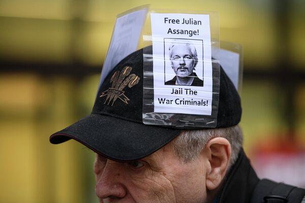 Участник акции против экстрадиции основателя Wikileaks Джулиана Ассанжа у магистратского суда лондонского района Вестминстер