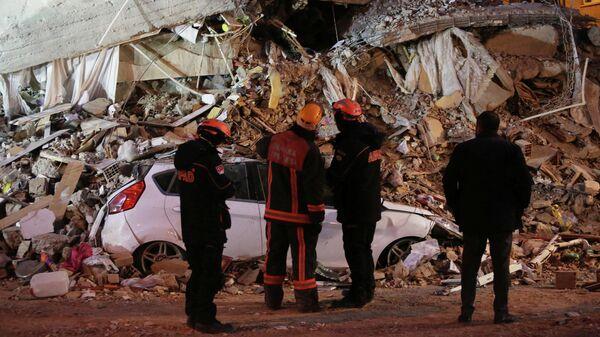 Спасатели у разрушенного в результате землетрясения здания на востоке Турции. 25 января 2020