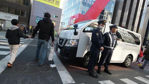 Сотрудники полиции на улице Токио, Япония