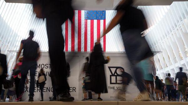 Флаг США на вокзале Oculus в Нью-Йорке