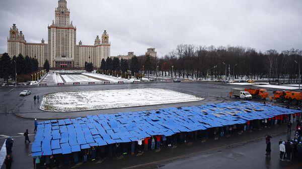 Участники флешмоба Зачетка, проходящего в рамках празднования российского студенчества, на Университетской площади перед главным зданием МГУ