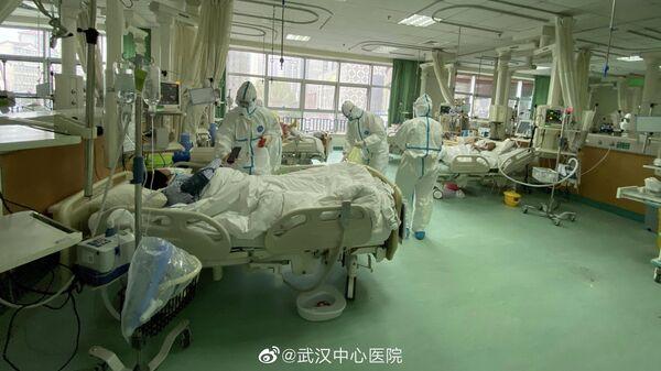 Фотографии из центральной больницы города Ухань, где показан медицинский персонал, обслуживающий пациентов