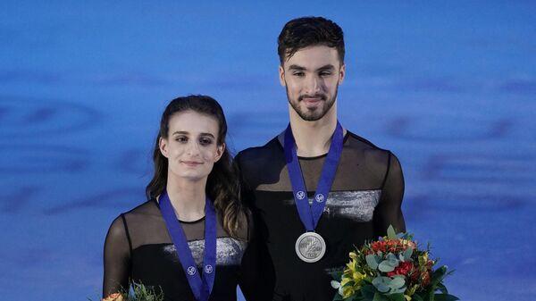 Габриэлла Пападакис и Гийом Сизерон (Франция), завоевавшие серебряные медали в танцах на льду чемпионата Европы по фигурному катанию, на церемонии награждения.