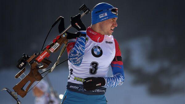 Александр Логинов (Россия) на огневом рубеже во время пристрелки перед началом индивидуальной гонки на 20 км среди мужчин на шестом этапе Кубка мира по биатлону сезона 2019/20 в словенской Поклюке.
