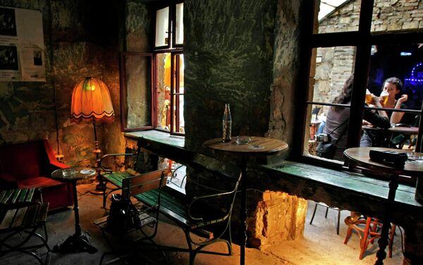 Посетители в руин-пабе Szimpla Kert в Будапеште