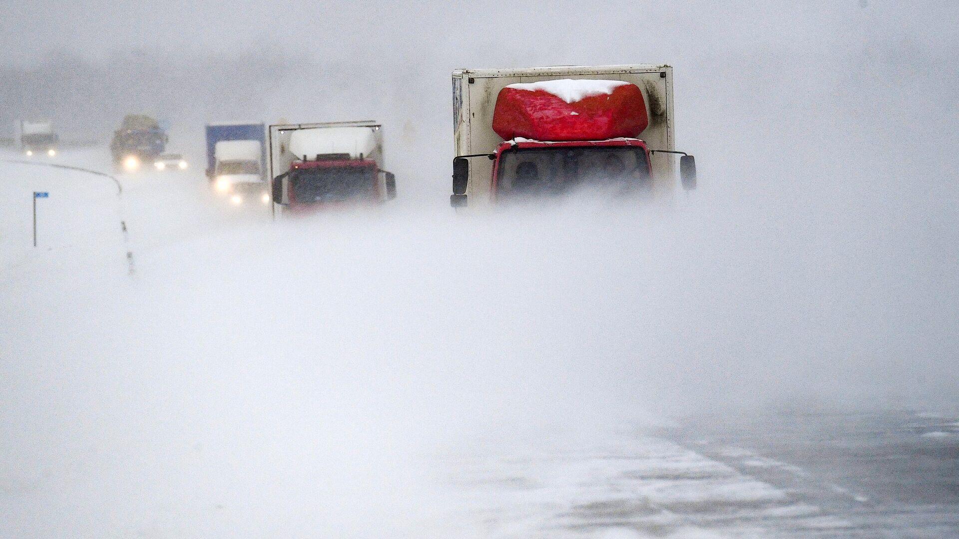 Автомобили едут в метель по трассе - РИА Новости, 1920, 02.03.2020