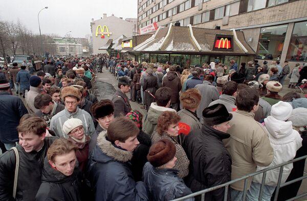 Очередь у ресторана Макдональдс на Пушкинской площади в Москве в день открытия