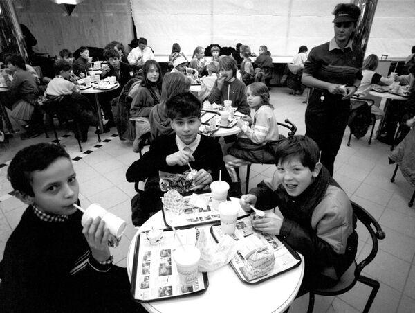 Воспитанники московских детских домов стали первыми посетителями ресторана Макдоналдс на Пушкинской площади в Москве