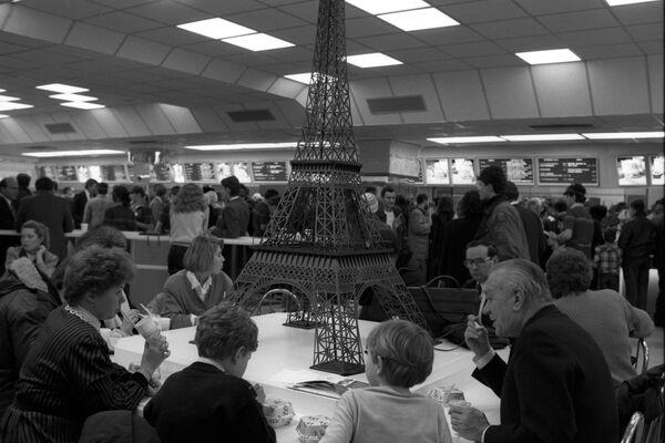 Европейский зал первого советско-канадского ресторана Макдоналдс на Пушкинской площади.Одна из достопримечательностей зала - оригинальный макет Эйфелевой башни