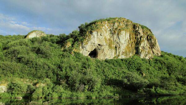 Вход в Чагырскую пещеру (Алтайский край)