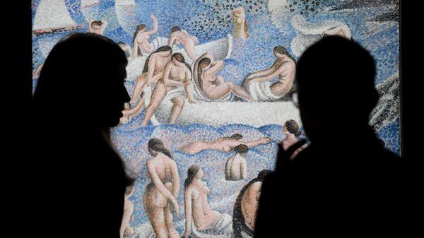 Посетители на открытии выставки Сальвадор Дали. Магическое искусство в Центральном выставочном зале Манеж в Москве