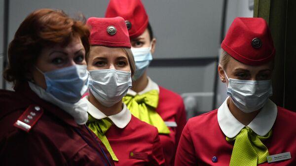 Бортпроводницы рейса авиакомпании S7, прибывшем из Пекина