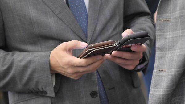 Мужчина держит в руках смартфоны
