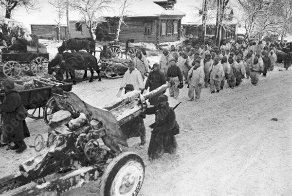 Советские войска идут по улице освобожденной деревни