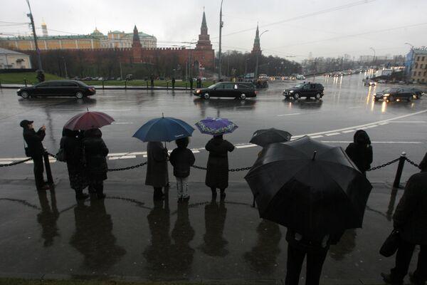Траурный кортеж с гробом Алексия II на пути к Богоявленскому собору