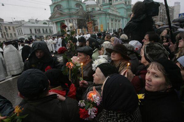 Верующие, пришедшие проститься с патриархом, у Елоховского собора