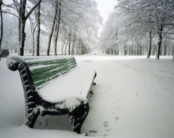 Скамейка, занесённая снегом
