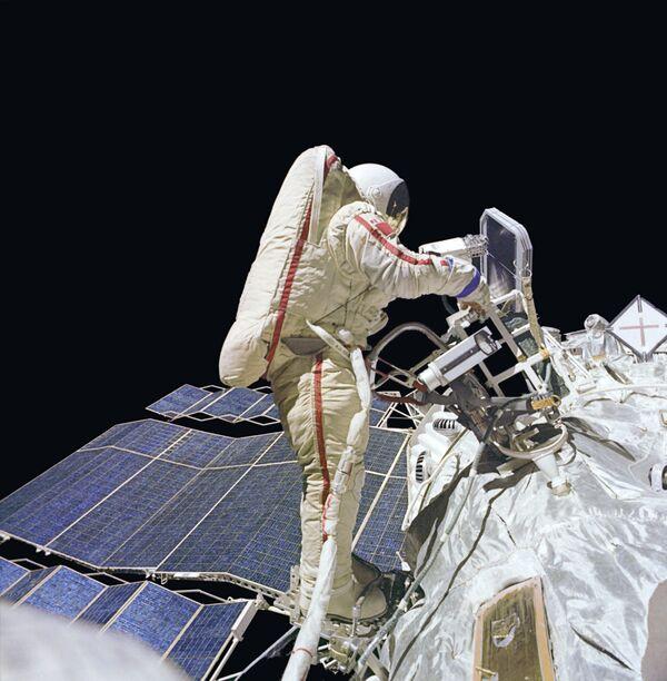 Космонавт в открытом космосе. Архив
