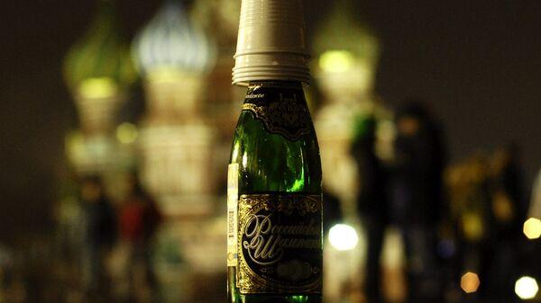 Допитое шампанское и пластиковые стаканы. Архивное фото