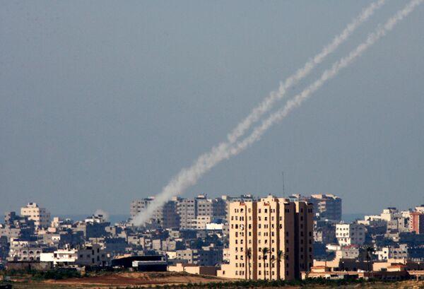 Следы запуска неуправляемых ракет по израильским городам