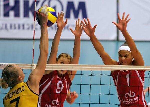 Игроки Заречья Ольга Фатеева и Оливейра Валевска (слева направо)