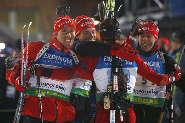 Норвежские биатлонисты Эмиль Свендсен, Александр Ус, Хальвард Ханевольд и Оле-Эйнар Бьорндален выиграли эстафету на пятом этапе КМ