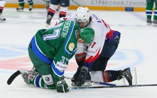 Нападающий Салавата Александр Пережогин (37, слева) и защитник Металлурга Виталий Атюшов в матче КХЛ