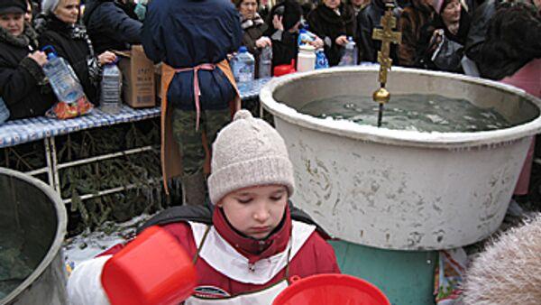 Святая вода  в Богоявленском соборе в Крещение. Архив
