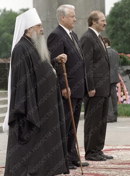 Митрополит Филарет, Президент РФ Ельцин и Президент Республики Беларусь Лукашенко на площади церемониалов в Брестской крепости