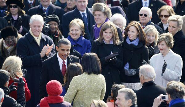 Барак Обама в окружении гостей на церемонии инаугурации
