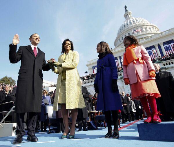 Президент США Барак Обама с супругой Мишель и дочерьми на церемонии инауграции