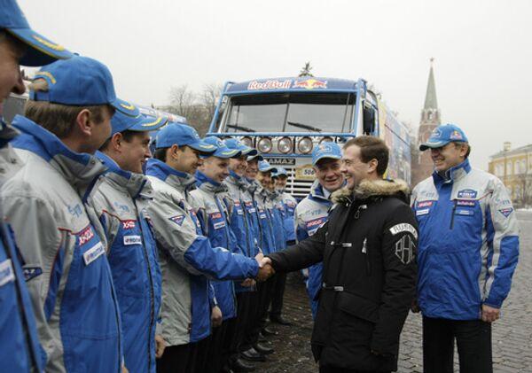 Президент России Дмитрий Медведев во время встречи на Ивановской площади Кремля с участниками команды КАМАЗ-мастер, выигравшей Дакар-2009