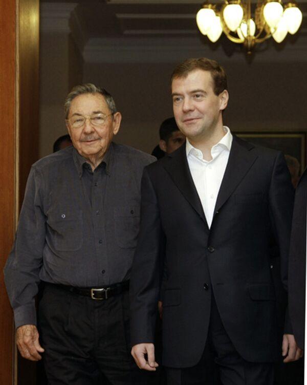 Президент России Дмитрий Медведев и председатель Государственного Совета и Совета Министров Кубы Рауль Кастро