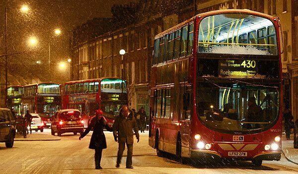 Снегопад парализовал работу лондонских аэропортов и автобусов