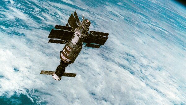 Орбитальная станция Салют-7 с космическим кораблём Союз Т-14 в космосе. Архив