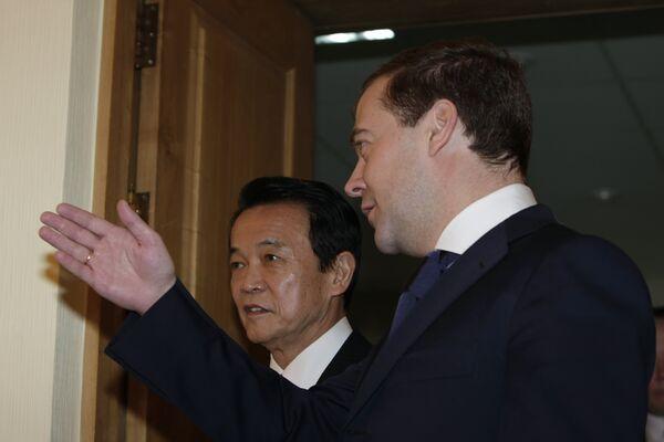 Дмитрий Медведев и Таро Асо во время встречи в Южно-Сахалинске