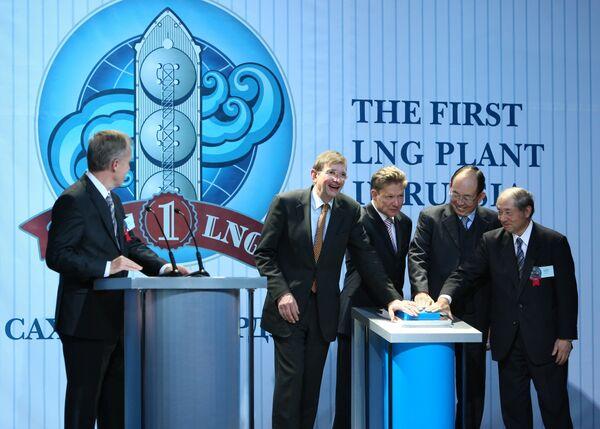 Руководители компаний - акционеров проекта, на церемонии открытия завода по производству сжиженного газа (СПГ) на Сахалине