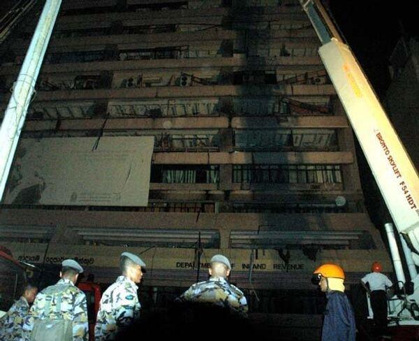 Здание налогового управления в Коломбо, на которое упал самолет
