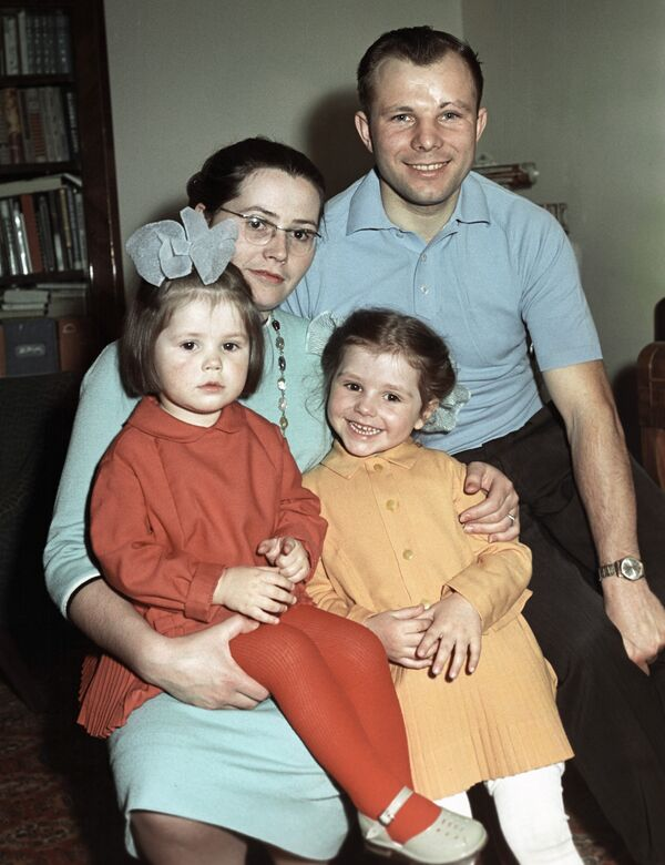 Космонавт Гагарин с женой и дочерьми