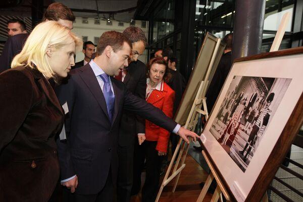Медведев и Сапатеро осмотрели выставку РИА Новости, экскурсию по выставке провела главный редактор РИА Новости Светлана Миронюк.