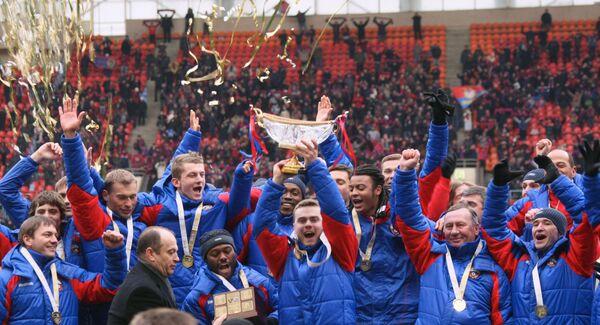 Футболисты команды ЦСКА с Суперкубком России по футболу.