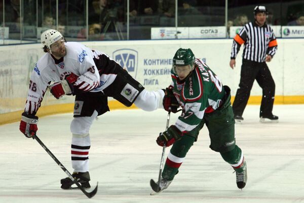 Нападающий Авангарда Яромир Ягр(слева) и нападающий Ак Барса Дмитрий Казионов (справа) в матче 1/4 финала плей-офф КХЛ