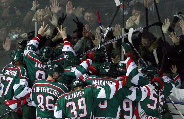Хоккеисты Ак Барса радуются победе в решающем матче 1/4 финала плей-офф КХЛ против Авангарда