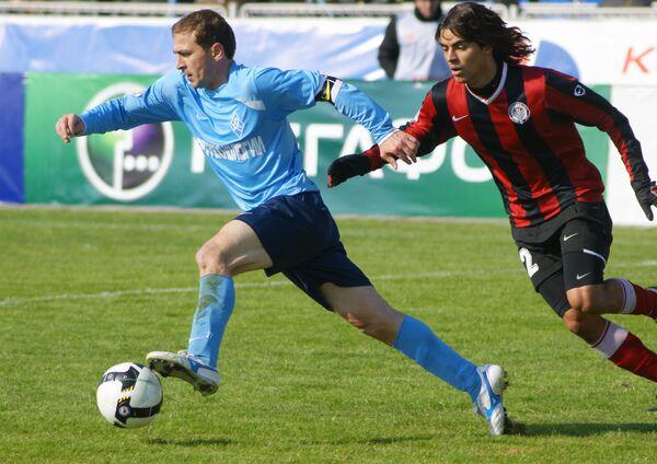 С мячом полузащитник Крыльев Советов Руслан Аджинджал